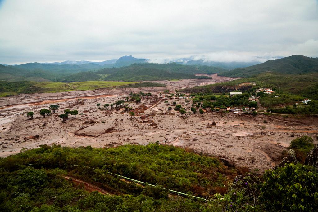 Rio de sangue e lama da mineração em Mariana (MG). Foto Lucas Bois