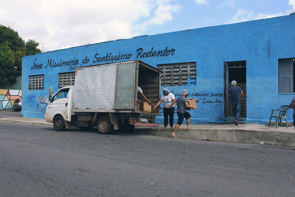 Voluntárias da Cozinha Popular recebem caixas com alimentos em Bela Vista, Fortaleza © Aspásia Mariana / Greenpeace